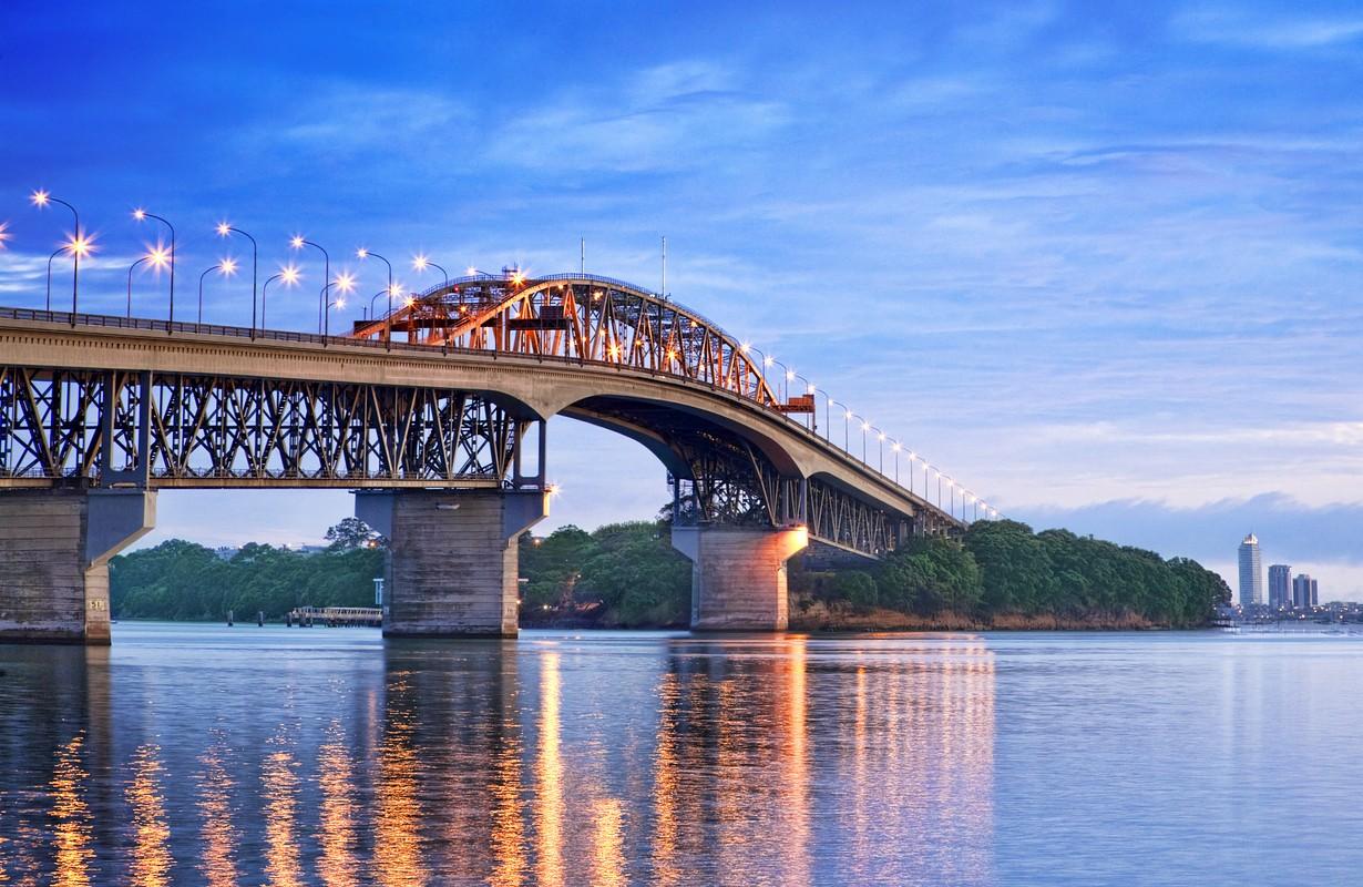 Auckland Harbour bridge @travellight, Shutterstock, New Zealand