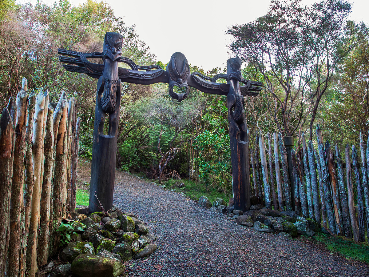 Waharoa carved gateway. The central figure represents Te Ruki Kawiti, the leader of the warriors who defended Ruapekapeka. Northland, New Zealand